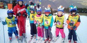 reiteralm-ski-school-students-and-teacher-in-helmet-covers